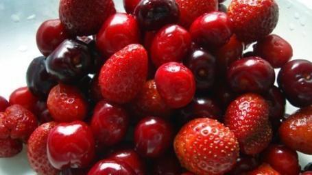 Фото Клубника, черешня и вишня лежат на тарелке (© Анютка765), добавлено: 28.04.2012 20:32