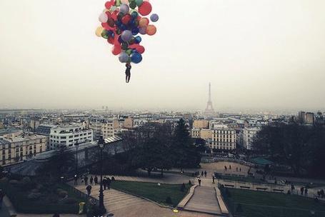 Фото Мужчина на воздушных шарах летит на городом