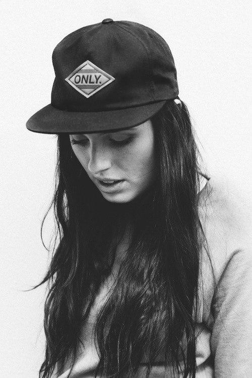 Девушка в кепке с буквой а