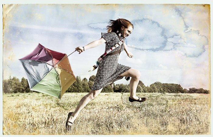 Смешная картинка девушка бежит, месяцем