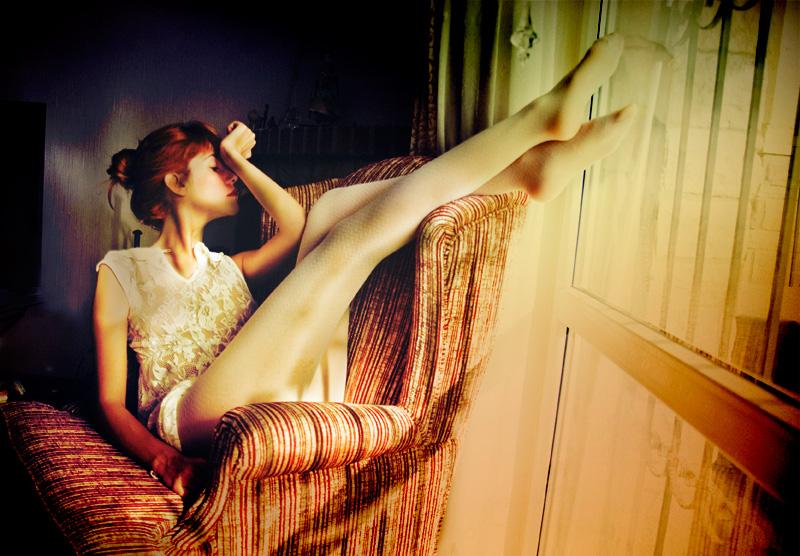 фото рыжей девушки в кресле девочки нежной кожей