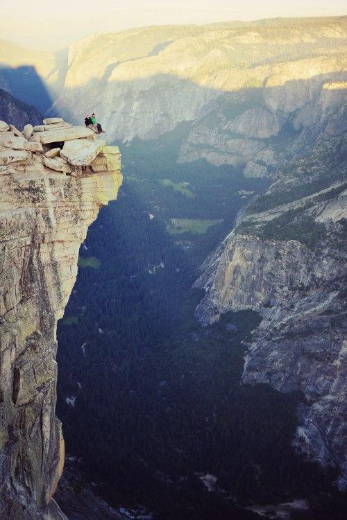 Фото Люди сидящие на высокой горе
