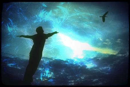 Фото Хочу быть свободным (мужчина подражает птице)