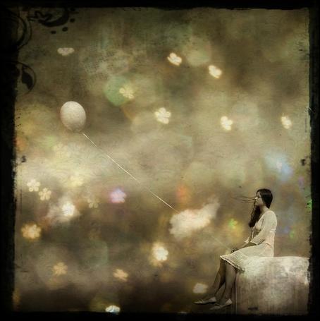 Фото Одинокая девушка с воздушным шариком