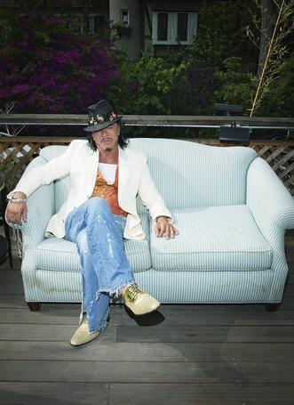 Фото Голливудский актер Микки Рурк / Mickey Rourke на полосатом диване, Фотограф Simon Emmett (© Radieschen), добавлено: 09.05.2012 10:50
