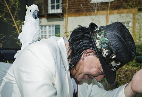 Фото Голливудский актер Микки Рурк / Mickey Rourke с белым попугайчиком, Фотограф Simon Emmett