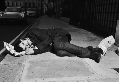 Фото Актер Орландо Блум / Orlando Bloom лежит на асфальте в городе, Фотограф Simon Emmett (© Radieschen), добавлено: 09.05.2012 11:21