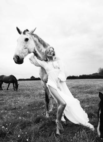 Фото Актриса и фотомодель Сиенна Миллер / Sienna Rose Miller с белой лошадью, Фотограф Simon Emmett (© Radieschen), добавлено: 11.05.2012 07:47