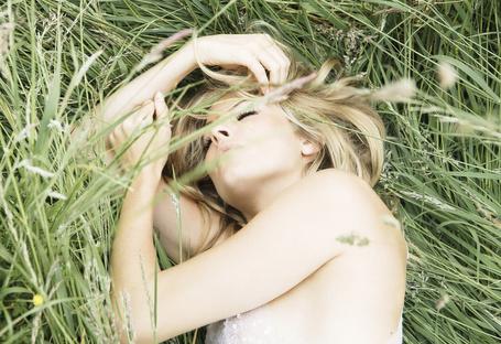 Фото Актриса и фотомодель Сиенна Миллер / Sienna Rose Miller уснула в траве, Фотограф Simon Emmett (© Radieschen), добавлено: 11.05.2012 07:49