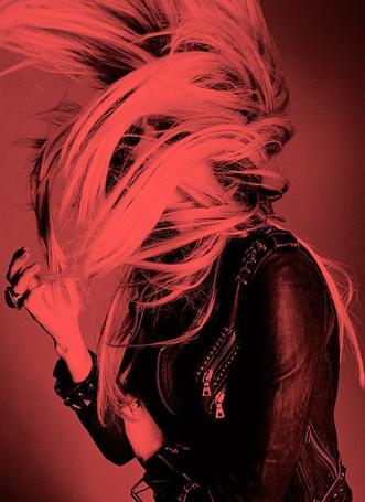 Фото Взмах волосами певицы Аврил Лавин / Avril Lavigne, фотограф Simon Emmett (© Radieschen), добавлено: 12.05.2012 07:53