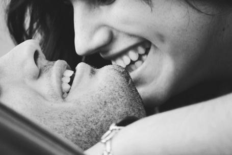 Фото Девушка кусает парня за подбородок