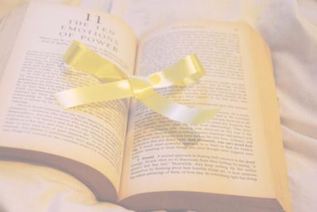Фото Открытая книга и желтый бантик (© Кофе мой друг), добавлено: 13.05.2012 17:54