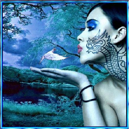 Фото Девушка с татуировкой дракона и птица возле лесного озера
