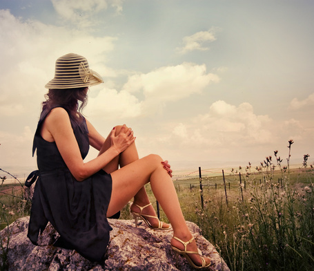 Фото Девушка в шляпе сидит на камне и смотит в поле. Фотограф Metin Demiralay (© Natko), добавлено: 21.05.2012 00:32