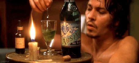 Фото Джонни Депп / Johnny Depp размешивает в рюмке абсент / Absinte с какими-то каплями