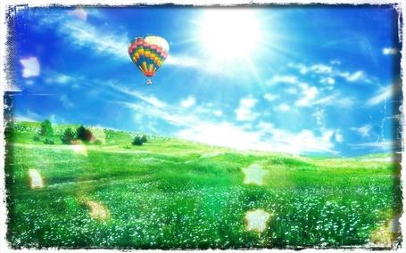 Фото Воздушный шар пролетает над лугом в ясный день (© Флориссия), добавлено: 22.05.2012 10:21