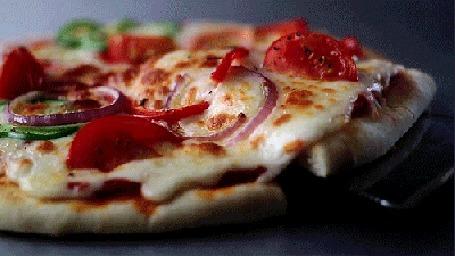 Фото Аппетитный кусок пиццы (© Krista Zarubin), добавлено: 23.05.2012 12:37