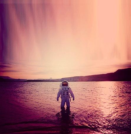 Фото Космонавт стоит в воде