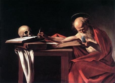 Фото Античный учёный, сидя за столом, на котором лежат книги и череп, пользуется современным мобильным телефоном