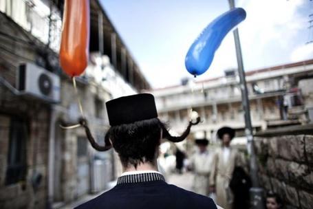 Фото Ортодоксальный иудей с воздушными шариками на пейсах