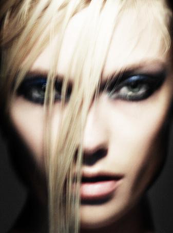Фото Красивая блондинка на размытом фото, студийные гламурные работы фотографа Simon Emmet (© Radieschen), добавлено: 25.05.2012 13:30