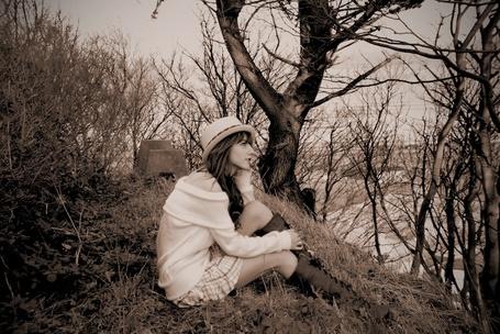 Фото Девушка в клетчатой юбке и кофточке, со шляпкой на голове сидит на холме и мечтательно смотрит в даль (© Юки-тян), добавлено: 28.05.2012 03:14