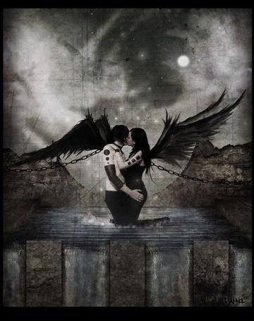Фото Два прикованных цепями чёрных ангела застыли в долгом поцелуе
