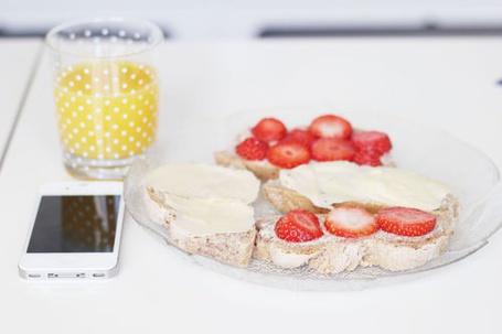 Фото Сок, телефон и блюдце с пирожными лежат на столе (© Юки-тян), добавлено: 30.05.2012 19:56