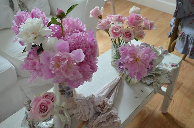 Фото Розы и букет пионов стоят в вазах