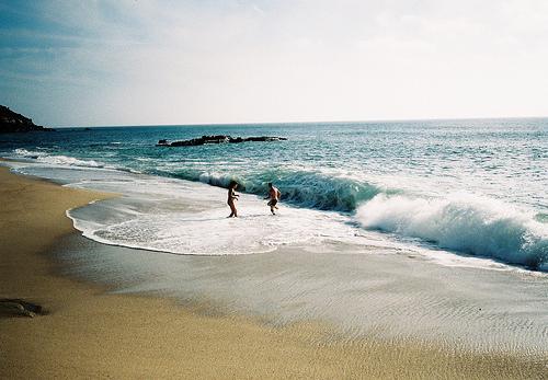 Фото Девушка с парнем на берегу моря