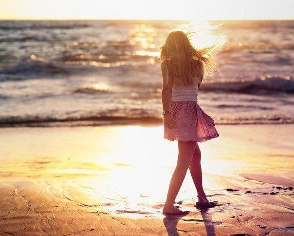 Фото Девочка на берегу моря в лучах заката