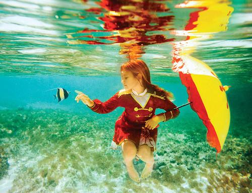 Фото девушка под водой с зонтом и