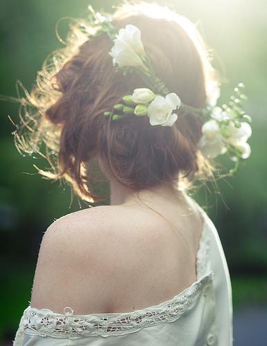Фото девушка с венком из живых цветов