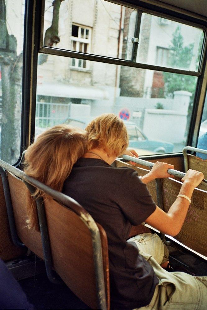 обнималась с случайным знакомым в автобусе