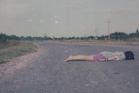 Фото Девушка лежит на дороге (© zebra_marti), добавлено: 05.06.2012 08:20