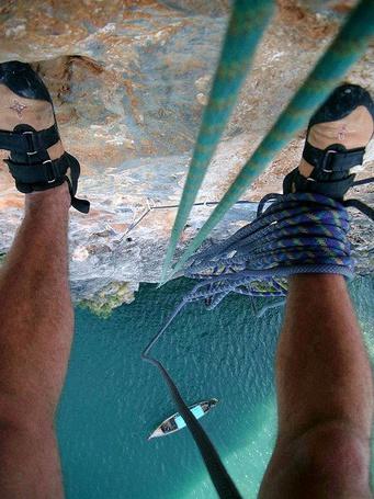 Фото Скалолаз над морем лезет по скале (© Santa Claus), добавлено: 05.06.2012 18:12