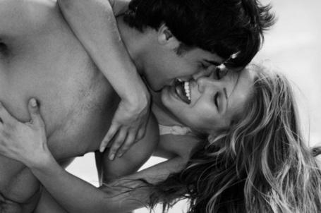 Фото Парень целуется с девушкой (© Santa Claus), добавлено: 05.06.2012 18:43