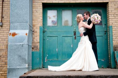 Фото Жених и невеста у подъезда.