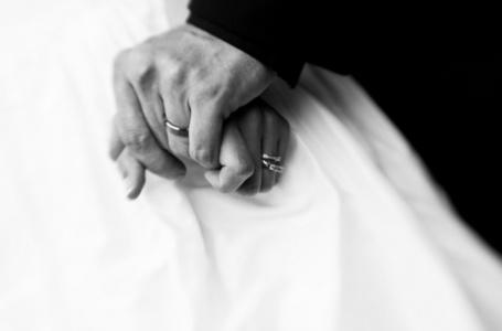 Фото Жених держит руку невесты (© Небо в ладонях), добавлено: 06.06.2012 17:41