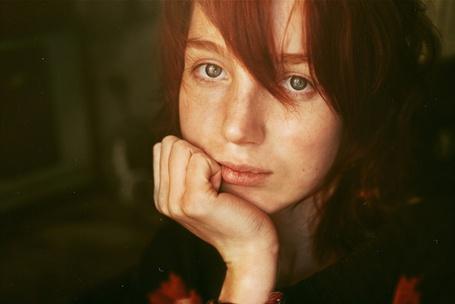 Фото Рыжая девушка устало смотрит (© lemon), добавлено: 06.06.2012 20:01