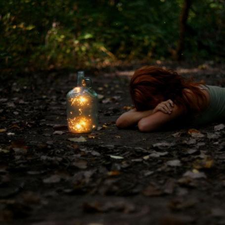 Фото Девушка лежит на земле перед бутылем с искрами (© Antuannet), добавлено: 07.06.2012 13:53