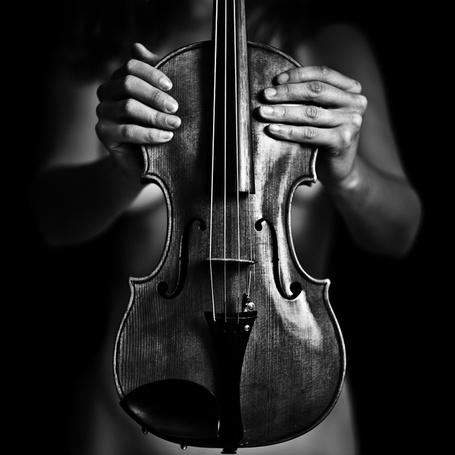 Фото Обнаженная девушка держит перед собой скрипку, фотограф Бенуа Корти / Benoit Courti (© Radieschen), добавлено: 07.06.2012 17:09
