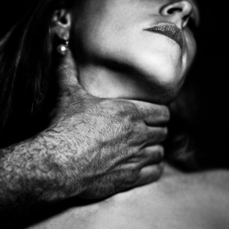 Фото Мужчина нежно душит девушку, фотограф Бенуа Корти / Benoit Courti (© Radieschen), добавлено: 07.06.2012 17:18