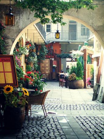 Фото Улица в Кракове с аркой, цветами (© lemon), добавлено: 08.06.2012 23:27