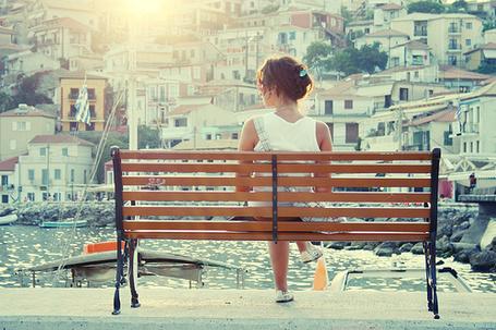 Фото Девушка сидит на скамье на набережной и смотрит на город (© ВалерияВалердинова), добавлено: 11.06.2012 10:43