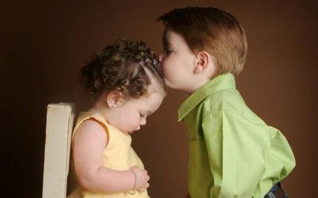 Фото Первая любовь, нежный поцелуй в лобик