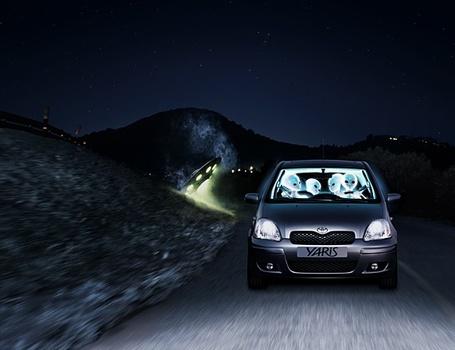 Фото Инопланетяне едут на машине по горной дороге {Yaris)