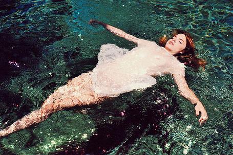 Фото Девушка лежит в воде (© ВалерияВалердинова), добавлено: 22.06.2012 12:27
