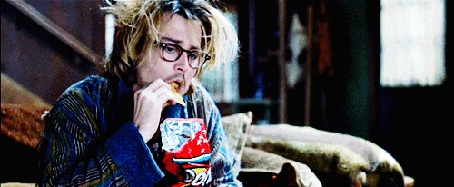Фото Джонни Депп / Johnny Depp кушает чипсы