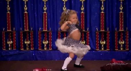 Фото Маленькая девочка  танцует